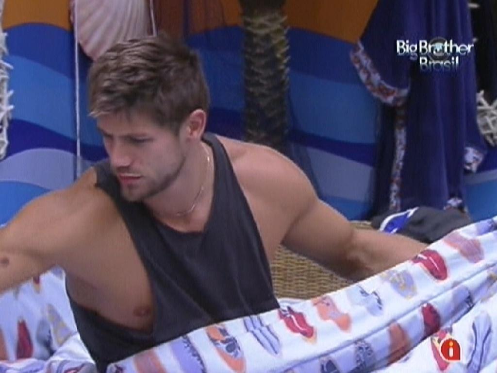 Jonas acorda e já arruma sua cama na manhã desta segunda-feira (20)