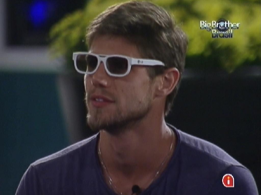 Jonas veste óculos para assistir aos desfiles da escola de samba do Rio de Janeiro em 3D (20/2/12)