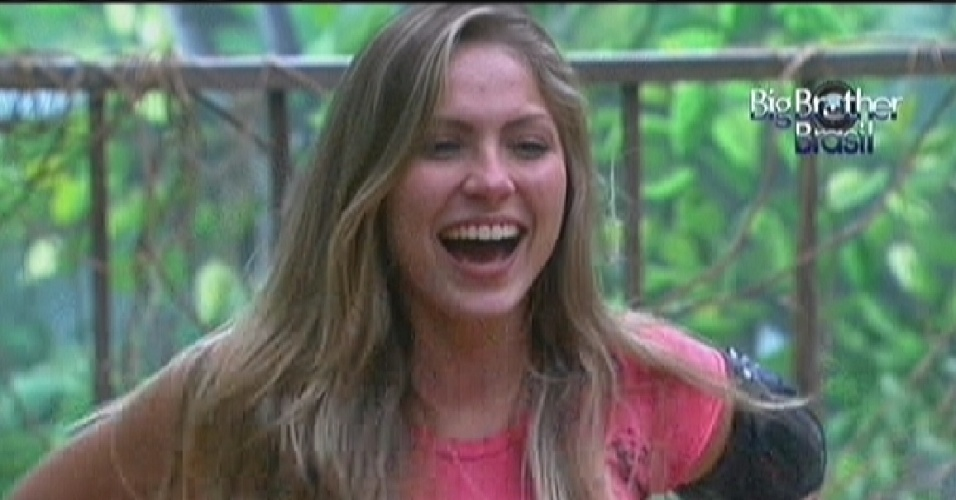 Renata dá risada das imitações de Yuri no quarto Floresta (20/2/12)