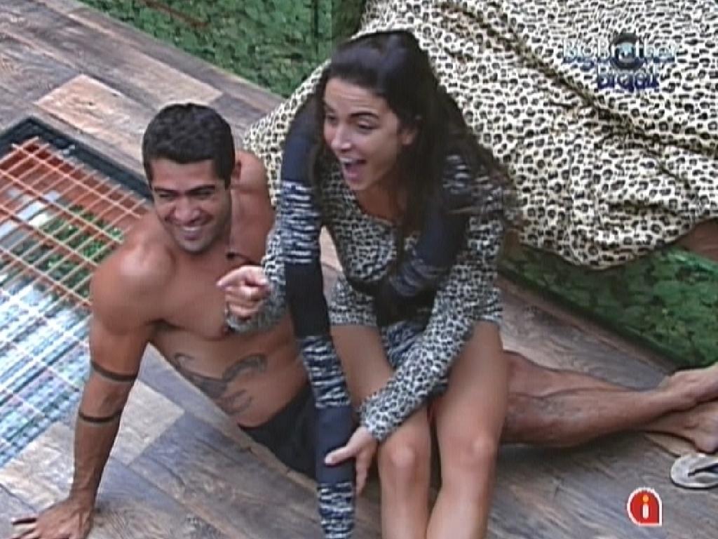 Yuri e Laisa tiram sarro de Renata, dizendo que a sister fala mal de Jonas, mas fica com ele nas festas (20/2/12)