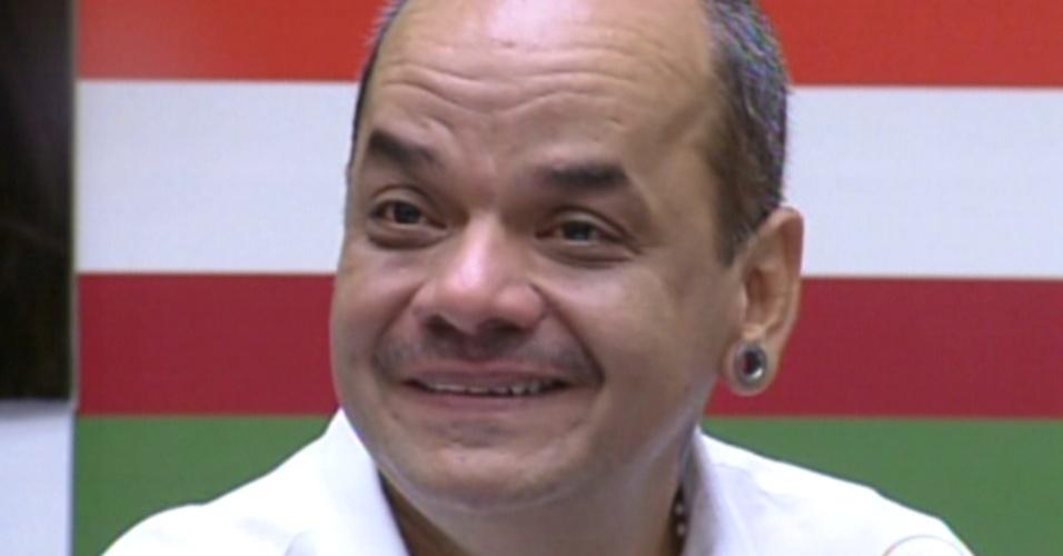João Carvalho se emociona ao ver família (21/2/12)