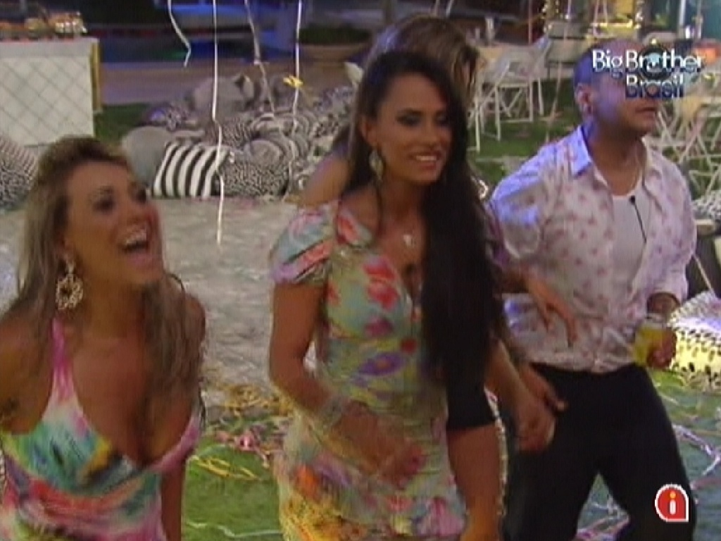 Fabiana (esq.) e Kelly (dir.) se divertem com show do grupo Sambô na festa Lapinha (22/2/12)