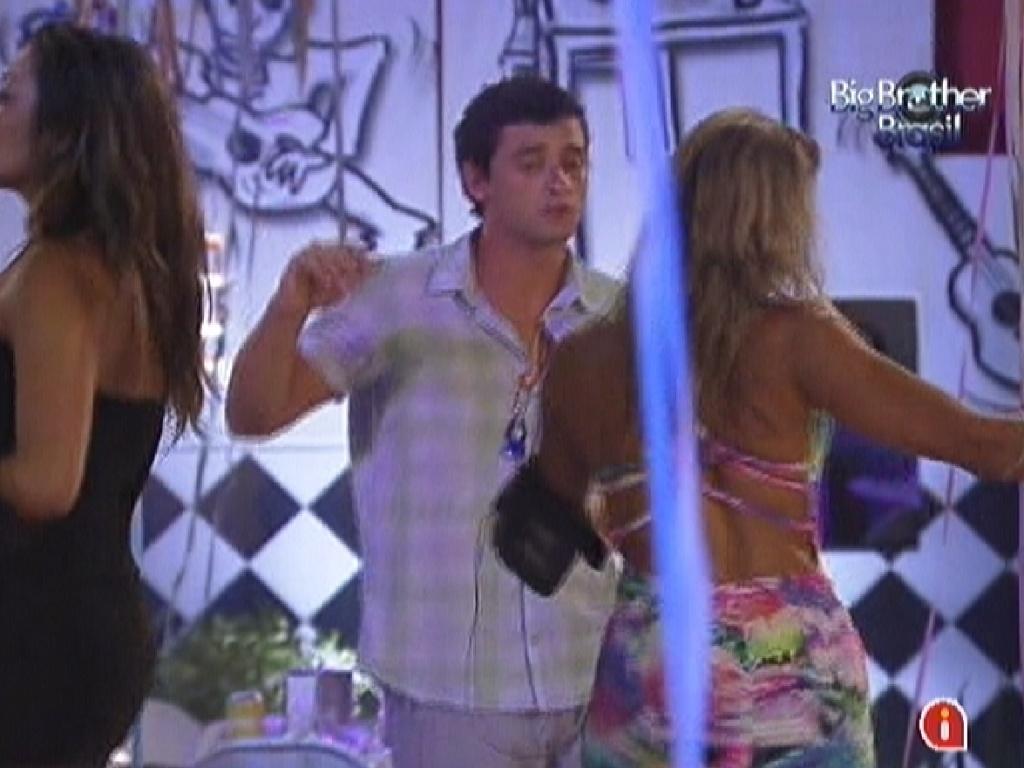 Fael dança com Fabiana na festa Lapinha (22/2/12)