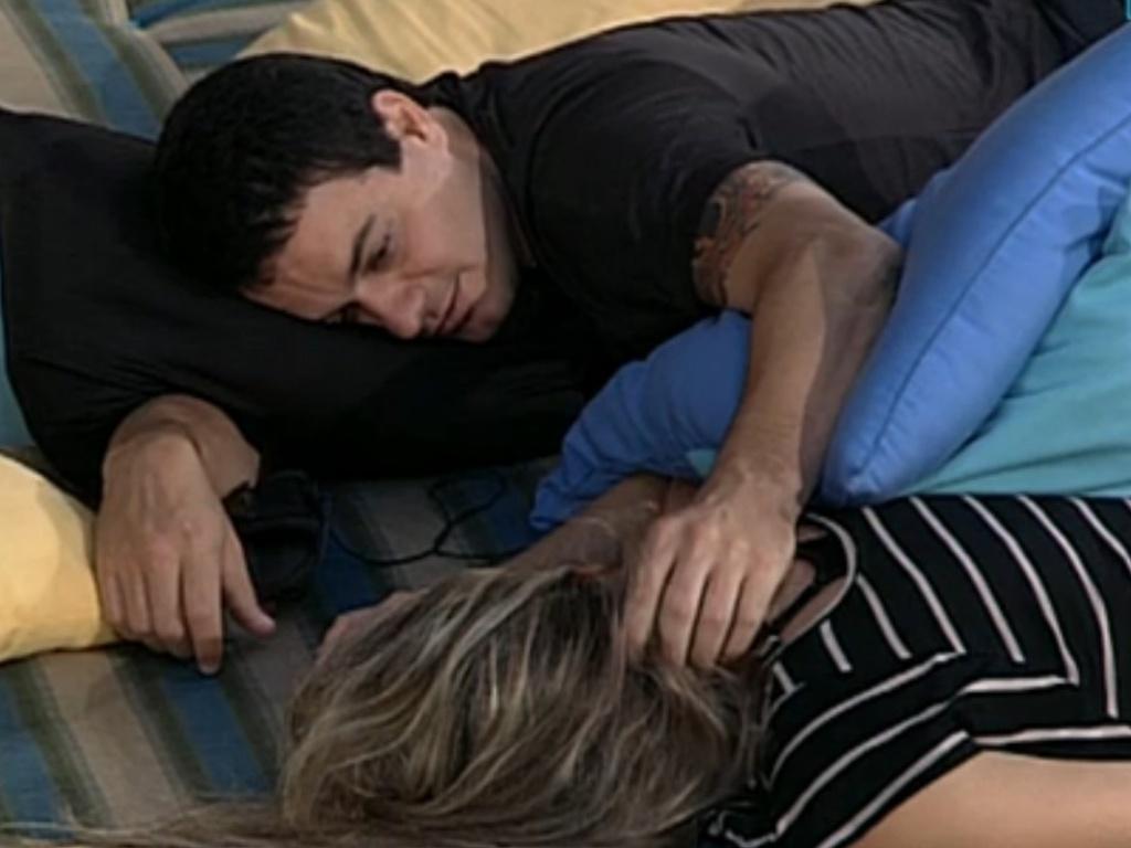 Rafa faz carinho nos cabelos de Renata (22/2/12)