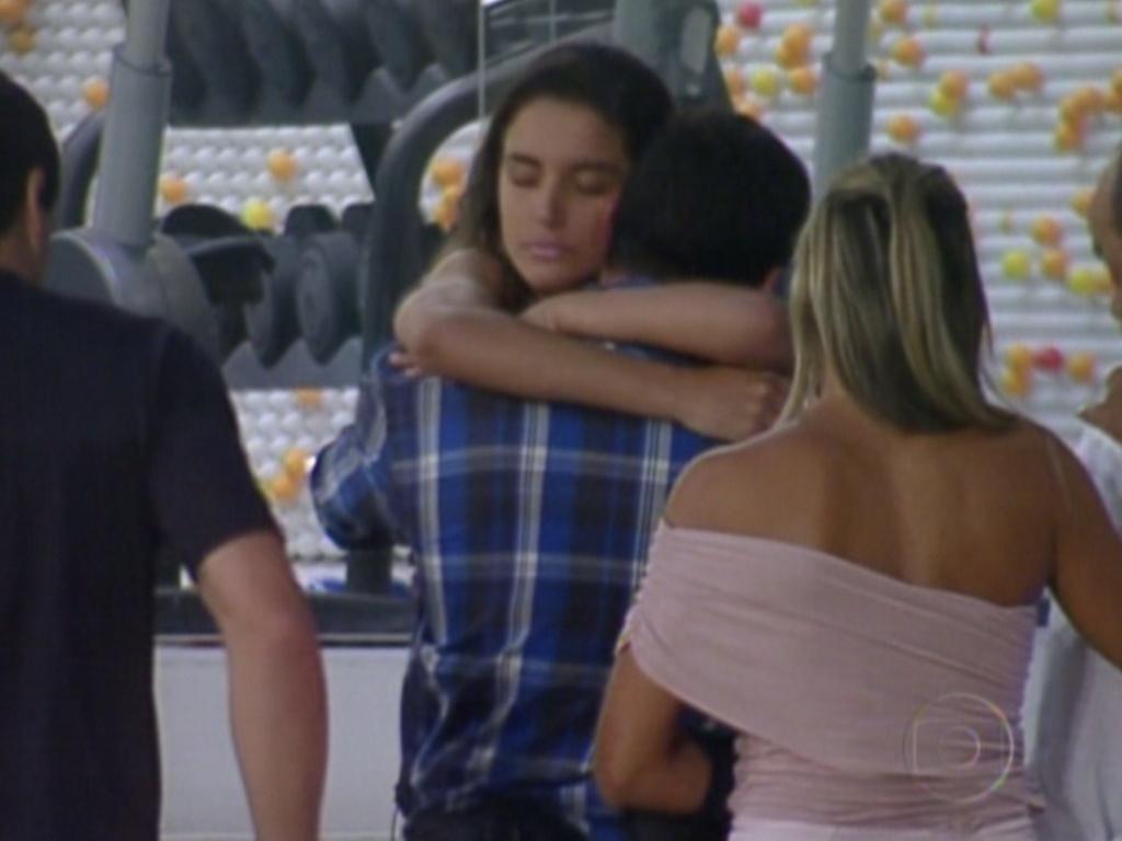 Yuri e Laisa se abraçam antes da gaúcha sair da casa (22/2/12)