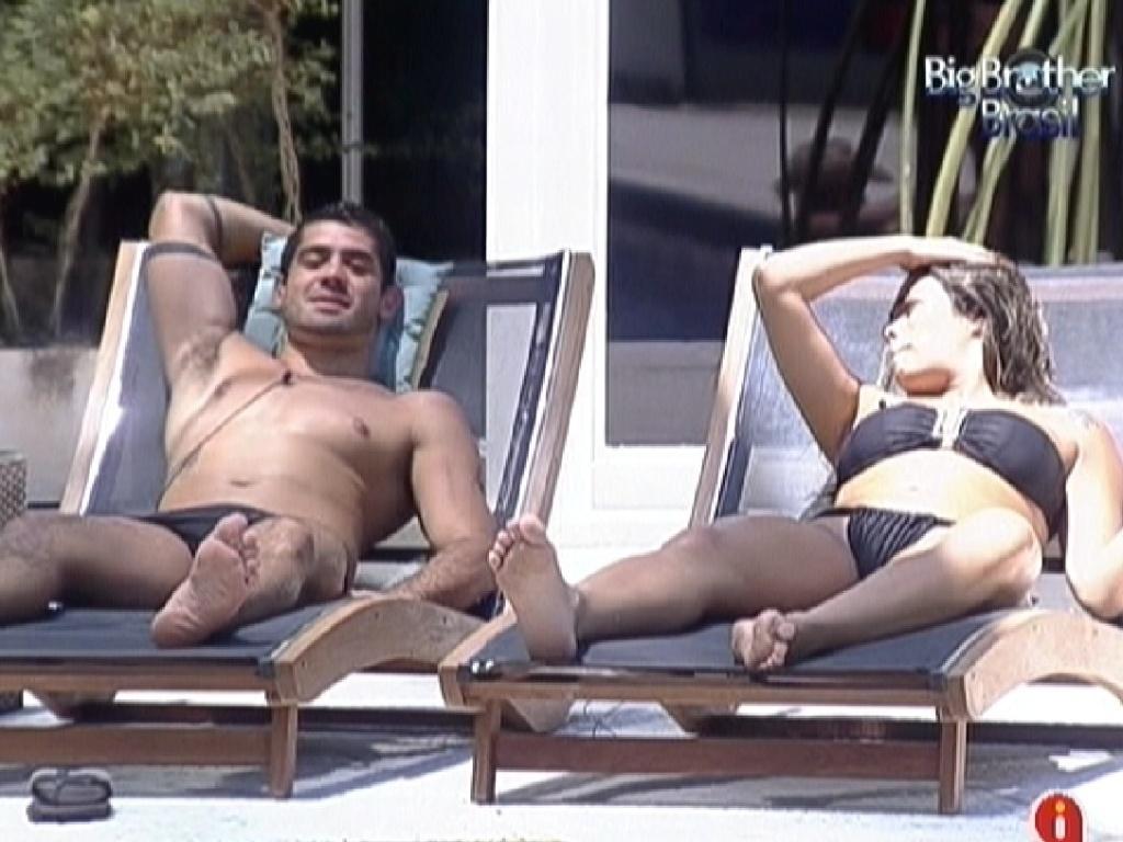Yuri e Monique conversam na área externa da piscina (22/2/12)