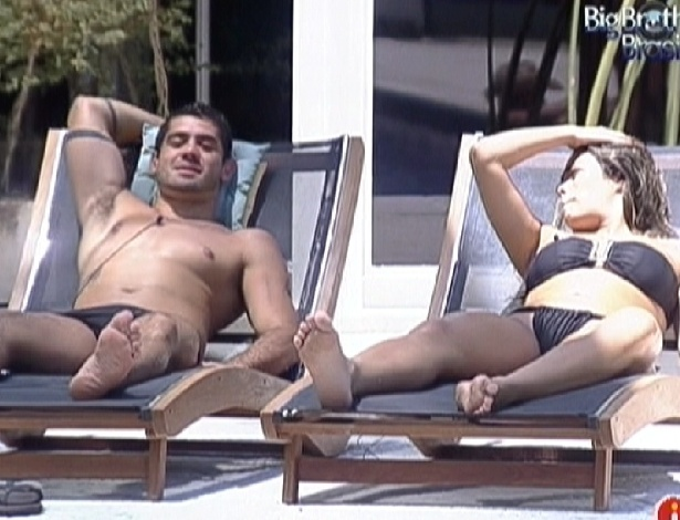 Yuri e Monique conversam na &#225;rea externa da piscina (22/2/12)