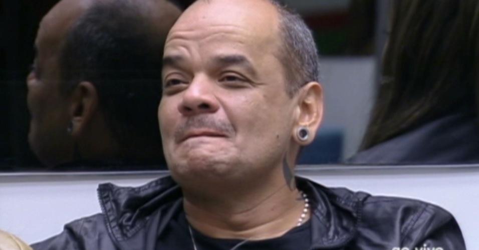 João Carvalho agradece Pedro Bial, após ele parabenizá-lo por ter voltado no paredão (23/2/12)