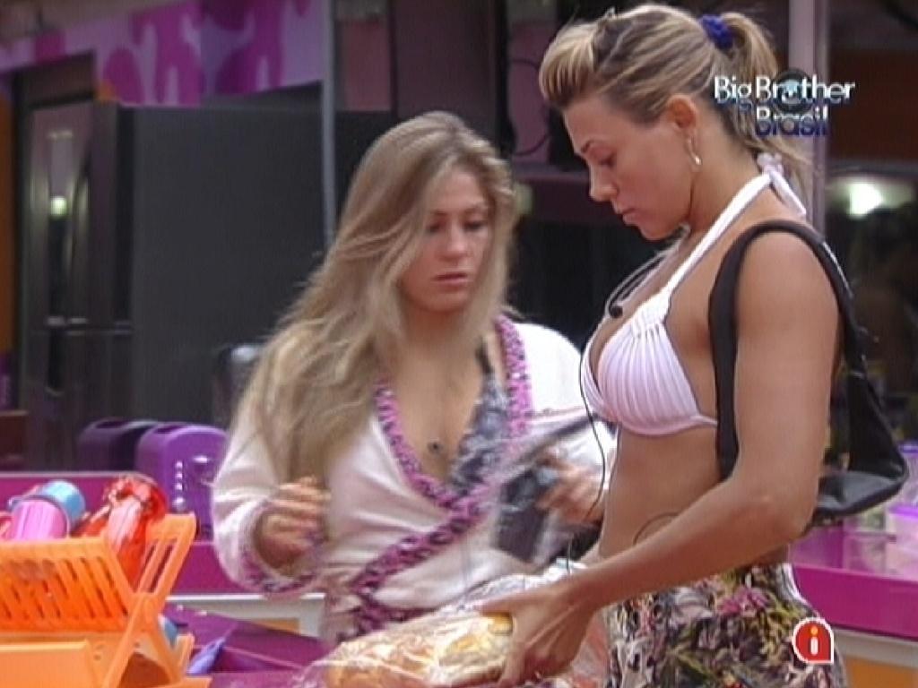 Renata (esq.) e Fabiana (dir.) fazem lanche à tarde (23/2/12)