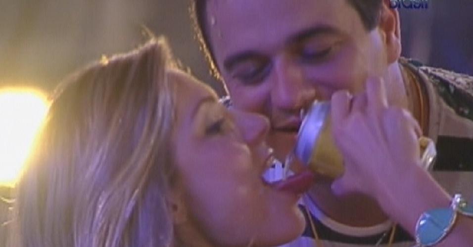Renata joga cerveja na própria boca para provocar Rafa (22/2/12)