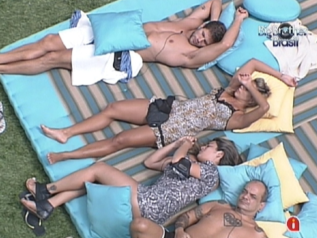 Brothers descansam no futon, na parte externa da casa (24/2/12)