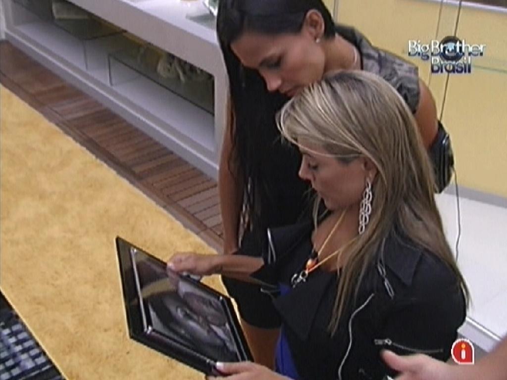 Fabiana mostra foto com o filho para Kelly (24/2/12)