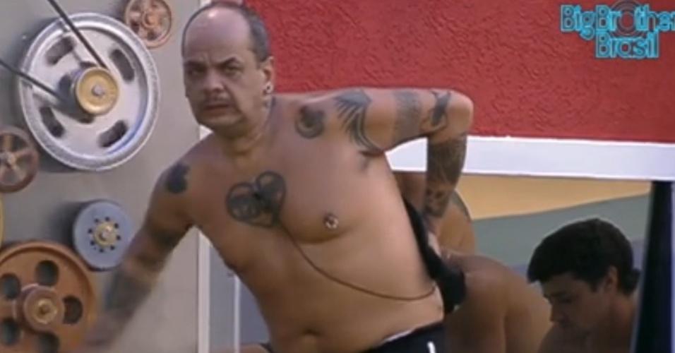 João Carvalho diz que está sofrendo com abstinência de cigarros (24/2/12)