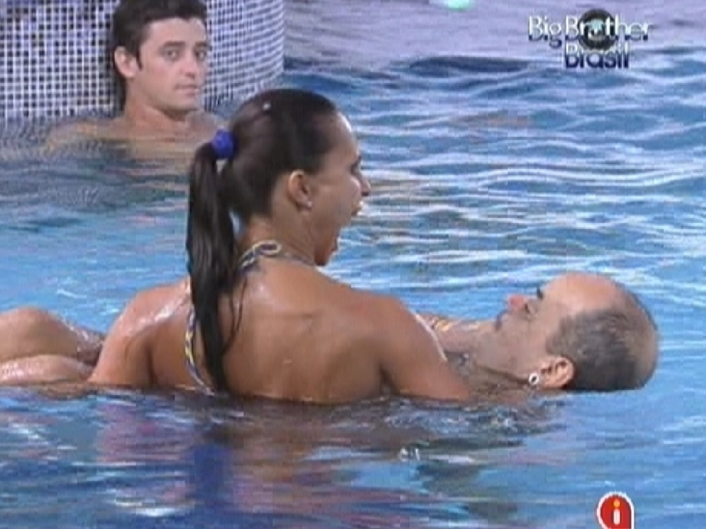 Kelly carrega Joo Carvalho pela piscina (24/2/12)