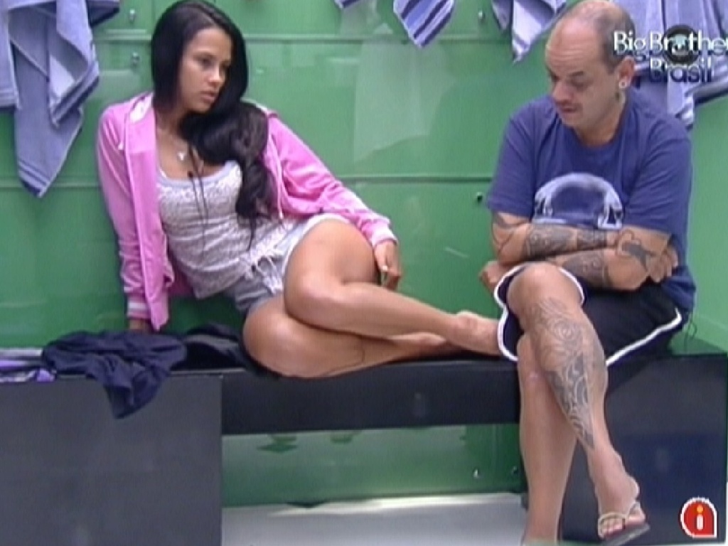 Kelly e Joo Carvalho aguardam o banheiro desocupar (24/2/12)