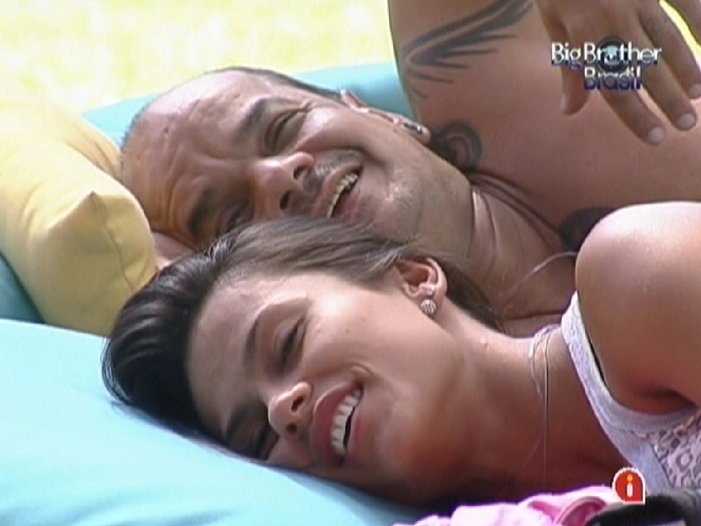 Kelly e Joo Carvalho deitam no futon na parte externa da casa (24/2/12)