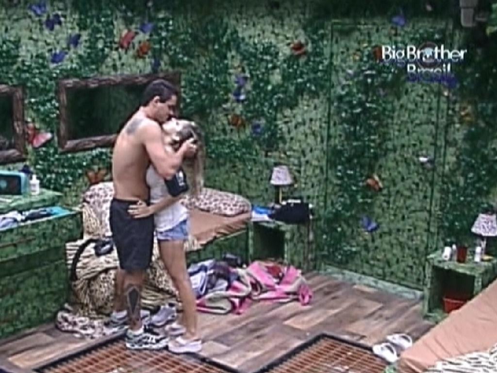 Rafa e Renata acordam no quarto Selva e se beijam (24/2/12)