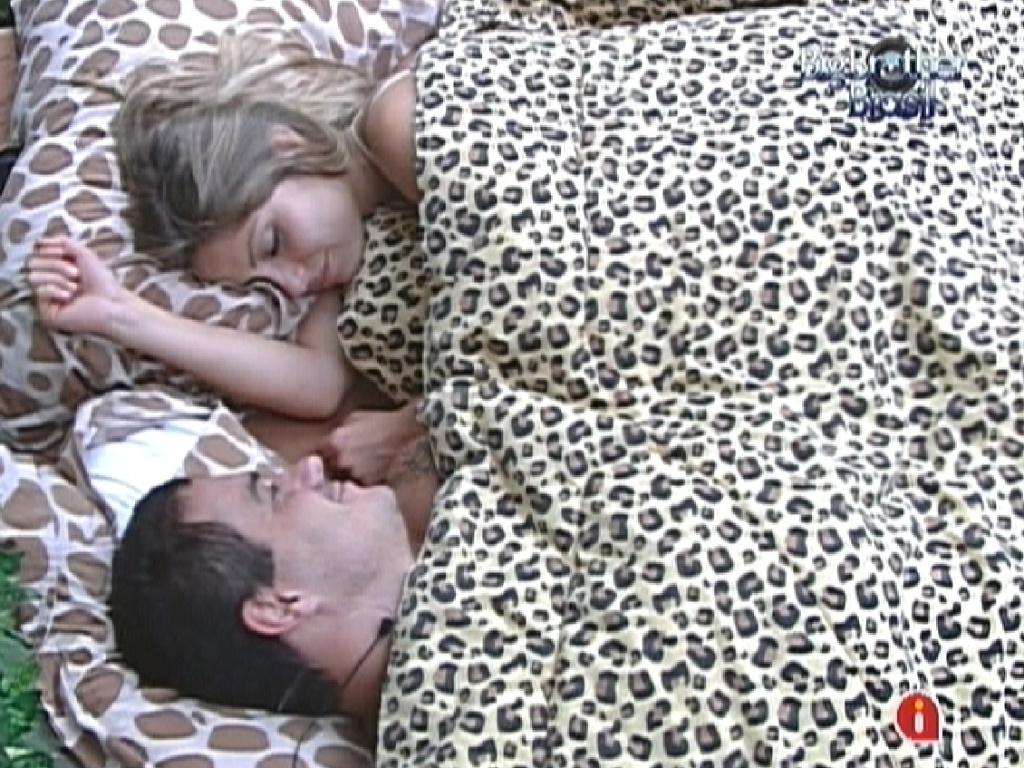 Renata e Rafa tiram cochilo no quarto Selva durante a tarde (24/2/12)