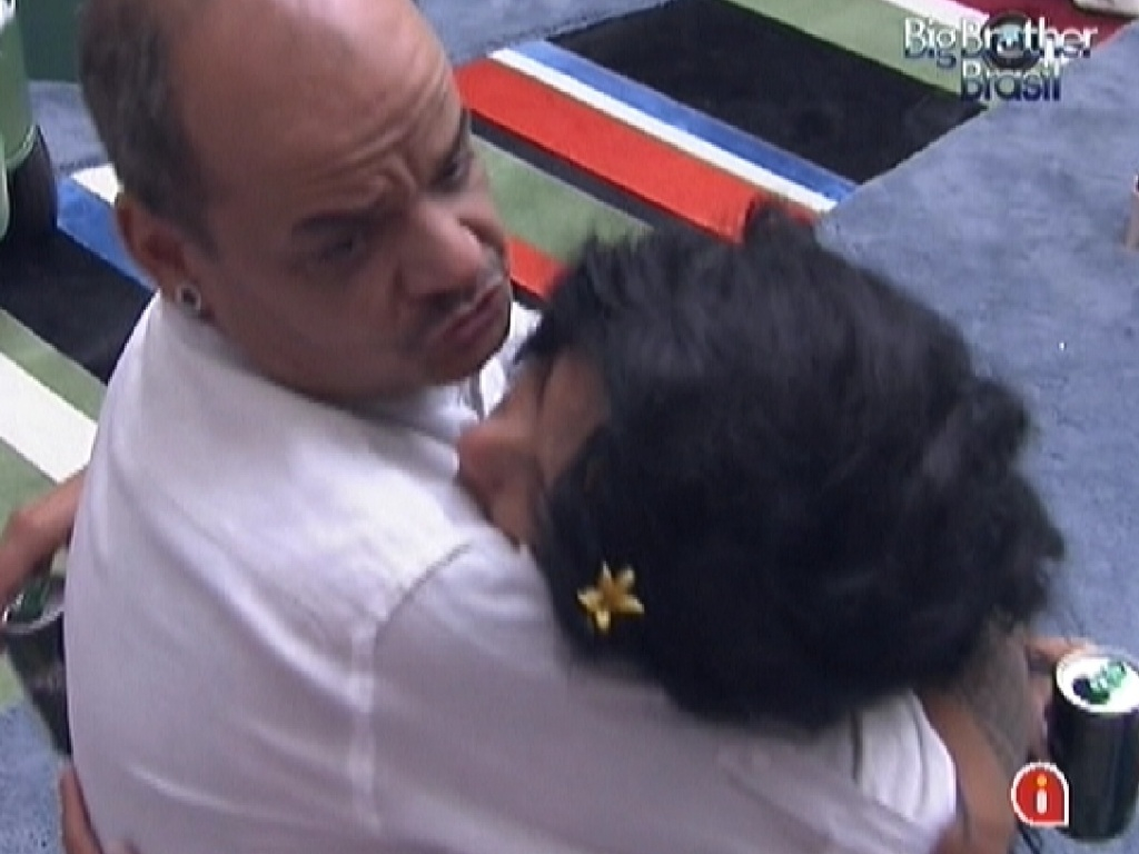 Joo Carvalho abraa Kelly e agradece sister por salv-lo do paredo (25/2/12)