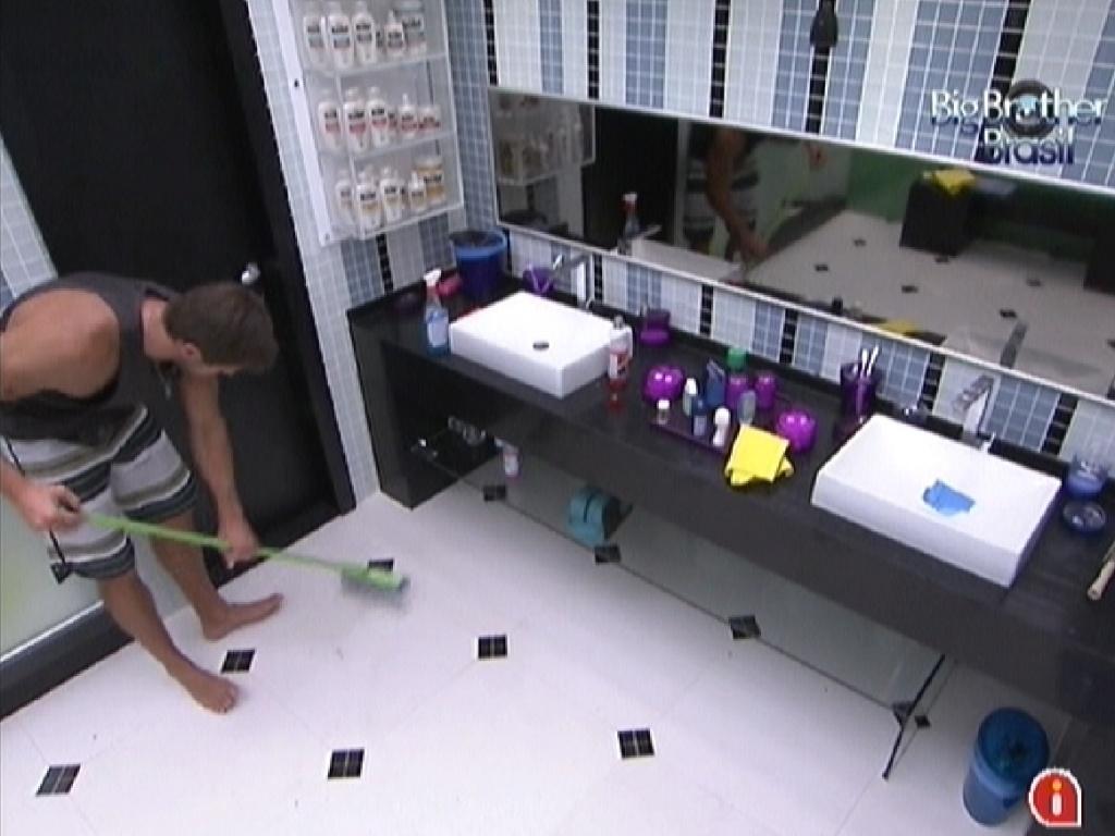 Jonas faz faxina no banheiro enquanto outros brothers dormem (25/2/12)