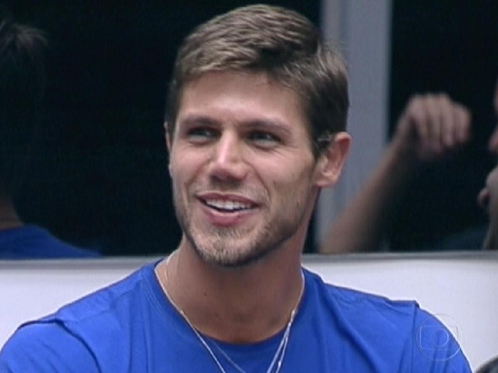 Bial cumprimenta Jonas e fala que está com ciúmes do modelo por ter ficado com Monique (26/2/12)