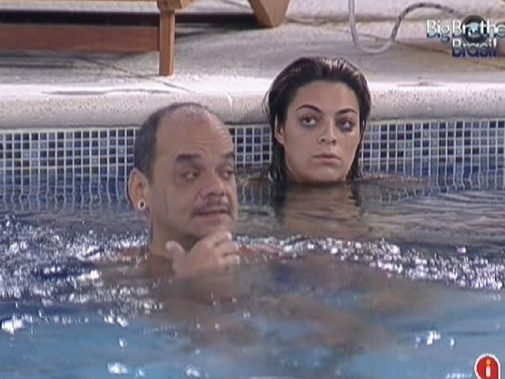 Brothers acordam e curtem a piscina na noite deste domingo (26/2/12)