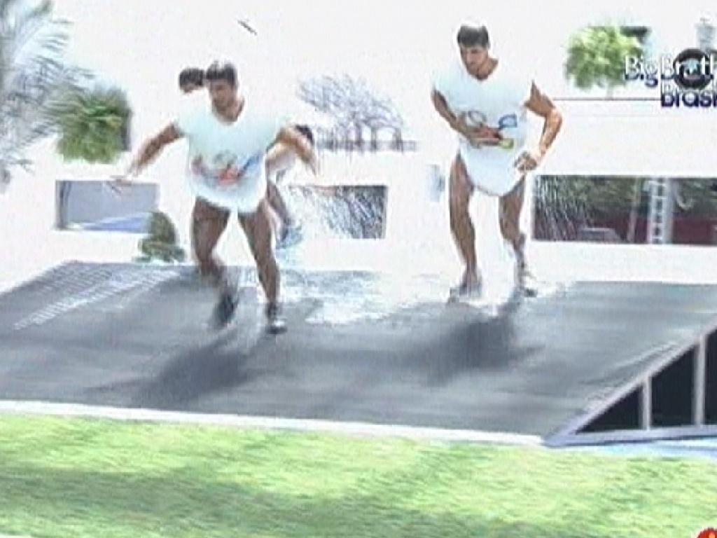 Fael, Yuri e Jonas se vestem de esponjas para prova da comida (26/2/12)