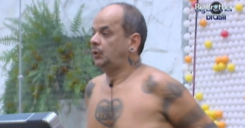 João Carvalho malha sozinho na academia na tarde deste domingo (26/2/12)