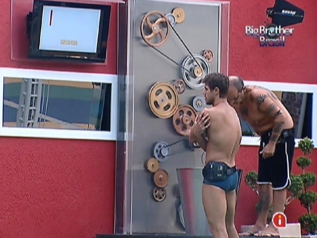 Jonas e João Carvalho giram manivela para produzir água quente para a casa (26/2/12)