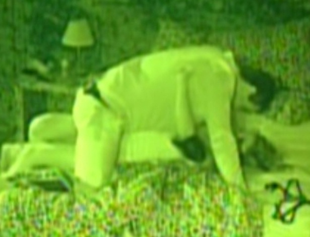 Rafa e Renata se beijam no quarto Floresta (26/2/12)