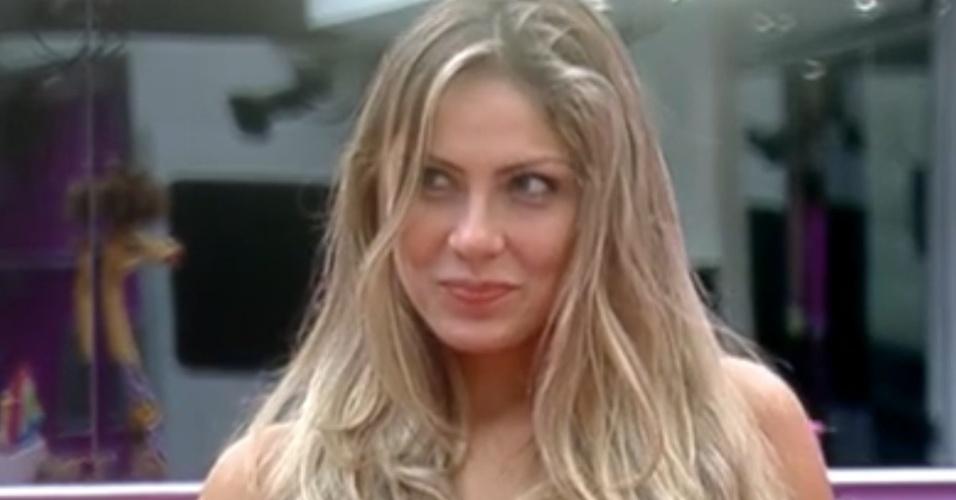 Renata brinca com Rafa e diz que sonhou com outro (26/2/12)