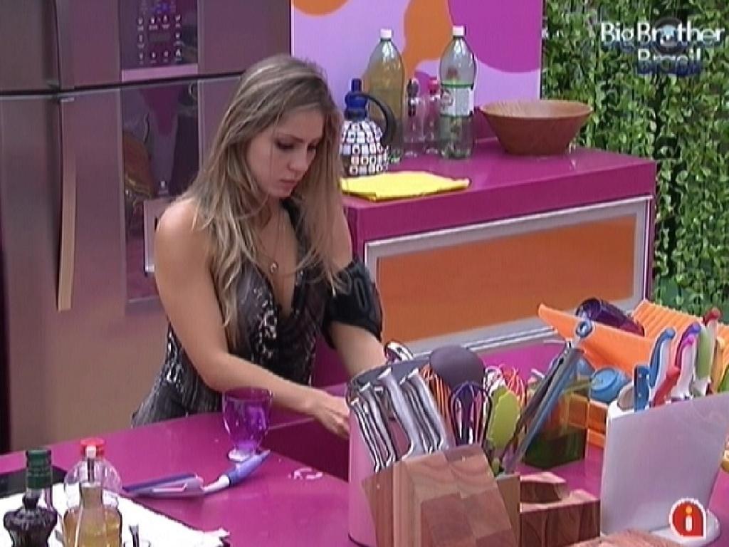 Renata lava a louça enquanto brothers dormem na tarde deste domingo (26/2/12)
