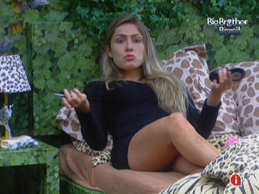 Renata se maquia enquanto conversa com Monique e Rafa no quarto Selva (26/2/12)
