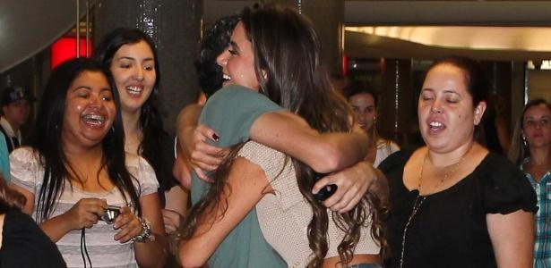 A ex BBB Laisa é cercada por fãs no aeroporto de Congonhas, em São Paulo (26/2/12). Na tarde deste domingo, a estudante de medicina participou do programa