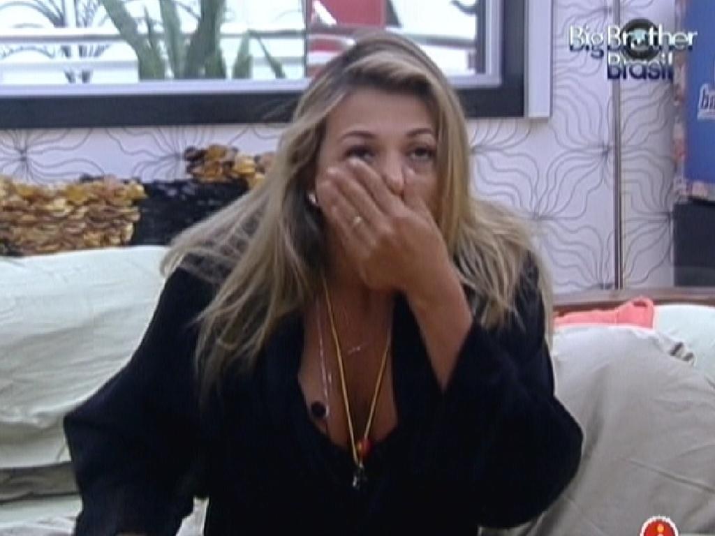 Fabiana acorda e boceja no quarto do líder (27/2/12)