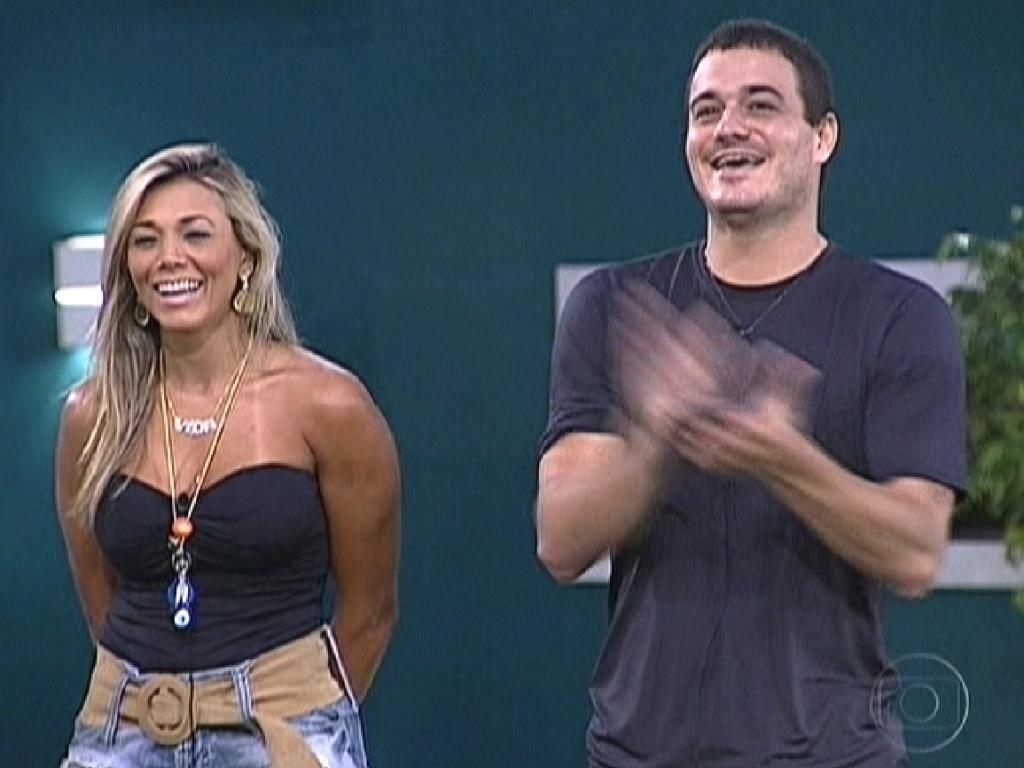 Fabiana e Rafa riem após Bial dizer que jogo da discórdia não valia nada e era apenas uma brincadeira com eles (27/2/12)