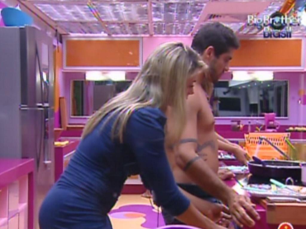 Fabiana e Yuri lavam a louça do jantar (27/2/12)