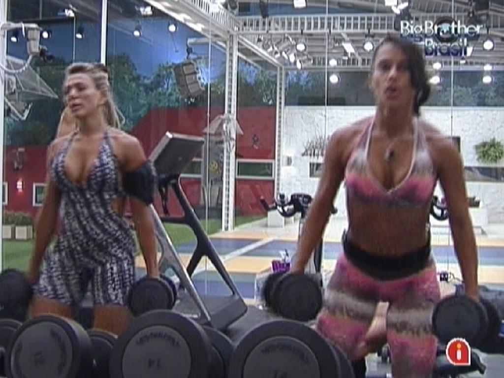 Fabiana (esq.) e Kelly (dir.) se exercitam na academia (27/2/12)