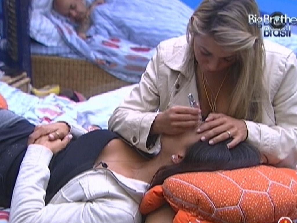 Fabiana faz a sobrancelha de Kelly com cortador de unhas (27/2/12)