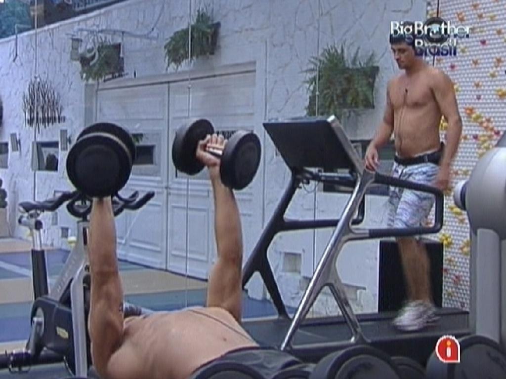 Jonas levanta peso na academia (27/2/12)