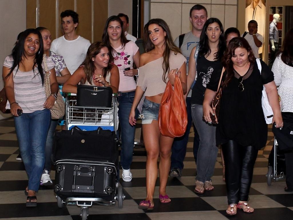 A ex-BBB Laisa caminha no aeroporto de Congonhas, em São Paulo e é cercada por fãs. Na tarde deste domingo (26/2/12), a gaúcha participou do programa