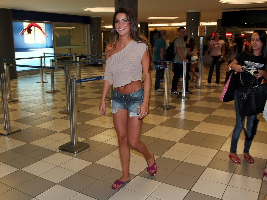 A ex-BBB Laisa caminha pelo aeroporto de Congonhas, em São Paulo, após participar do