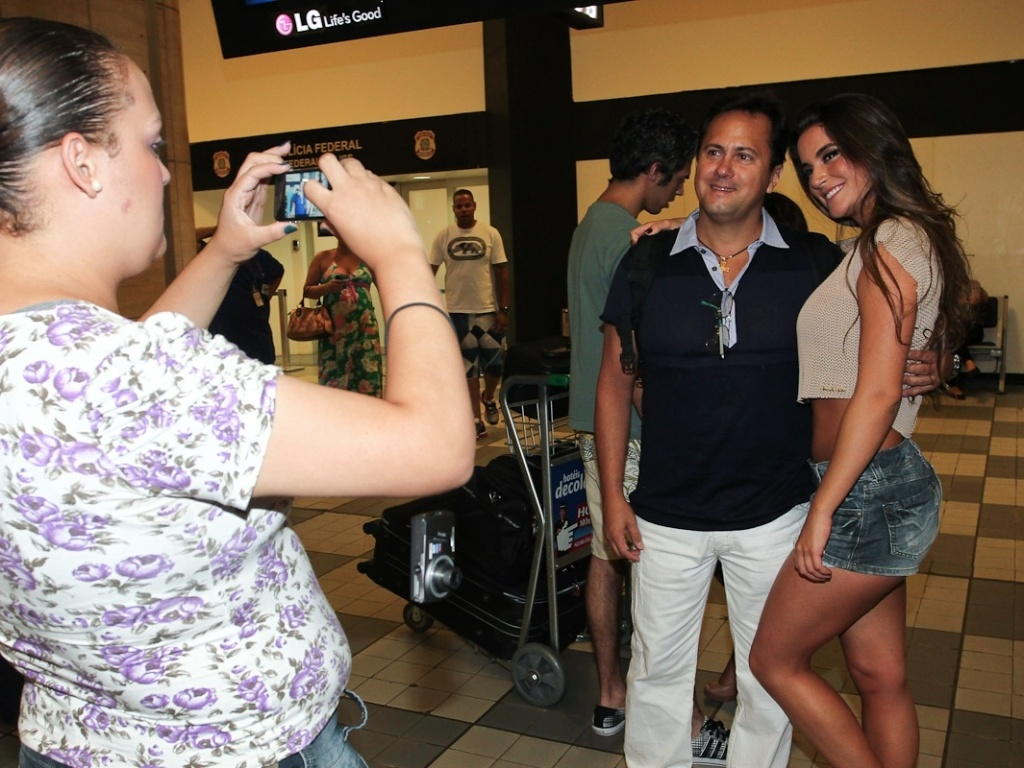A ex-BBB Laisa posa para as fotos com os fs no aeroporto de Congonhas, em So Paulo (26/2/12), antes de embarcar para o Rio de Janeiro. Na tarde deste domingo, a estudante de medicina participou do programa 