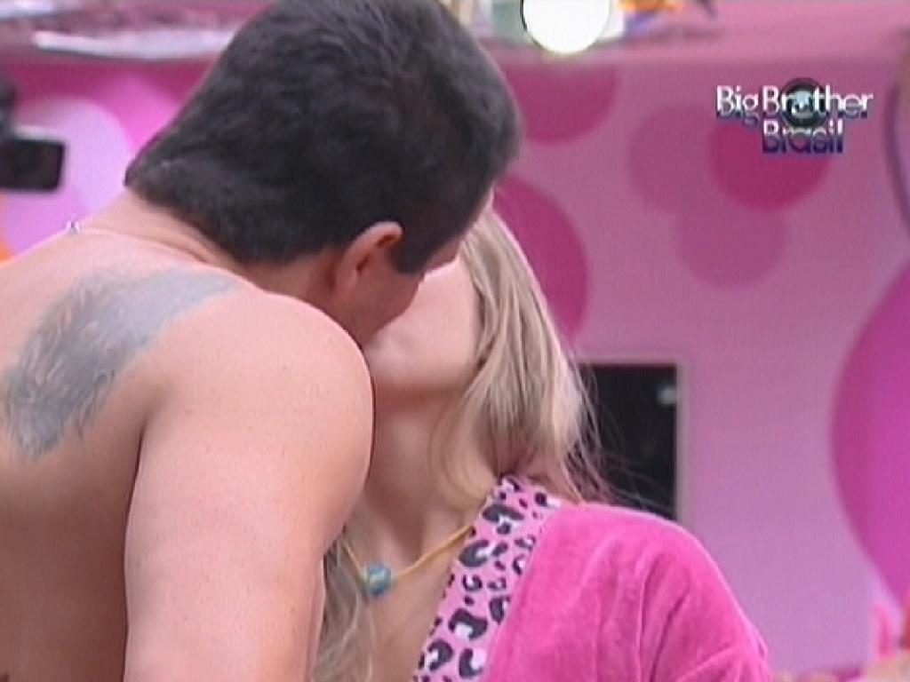 Rafa beija Renata na cozinha (27/2/12)
