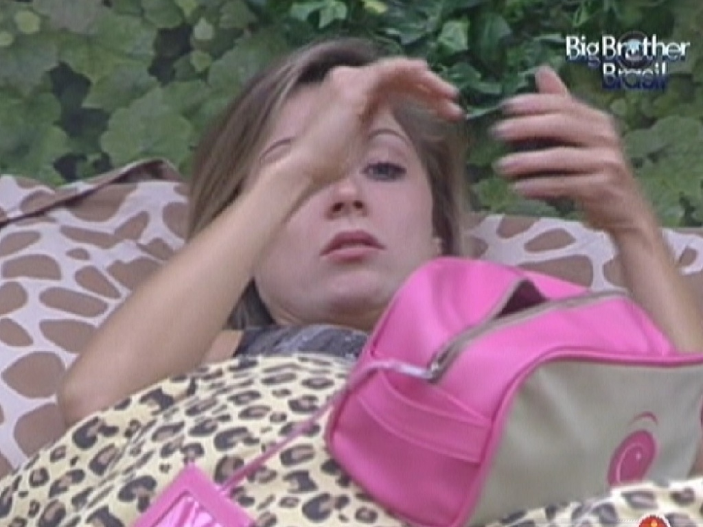 Renata se arruma deitada na cama do quarto Selva (27/2/12)