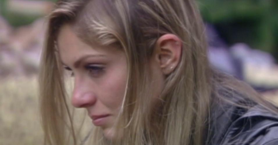 Renata chora a eliminação de Rafa do reality show (28/2/12)