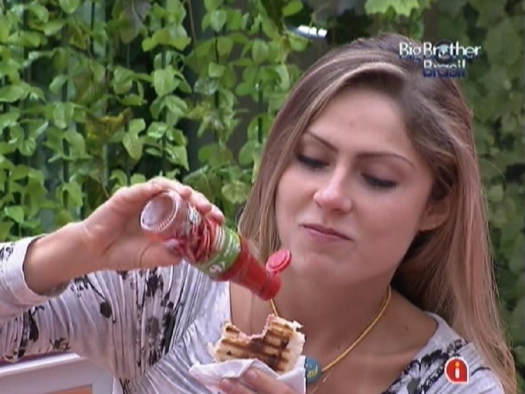 Renata come um sanduíche na cozinha e especula o resultado do paredão (28/2/12)