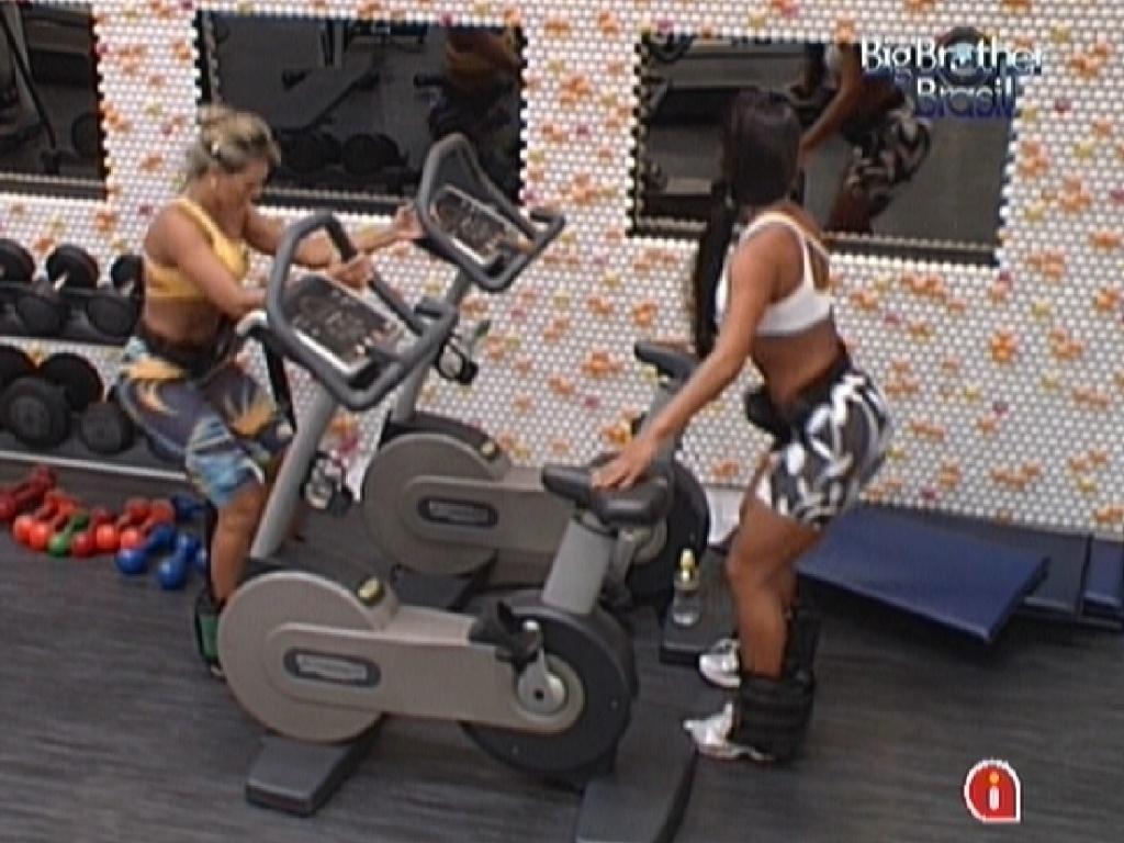Fabiana (esq.) e Kelly (dir.) fazem exercícios para os glúteos na academia (29/2/12)