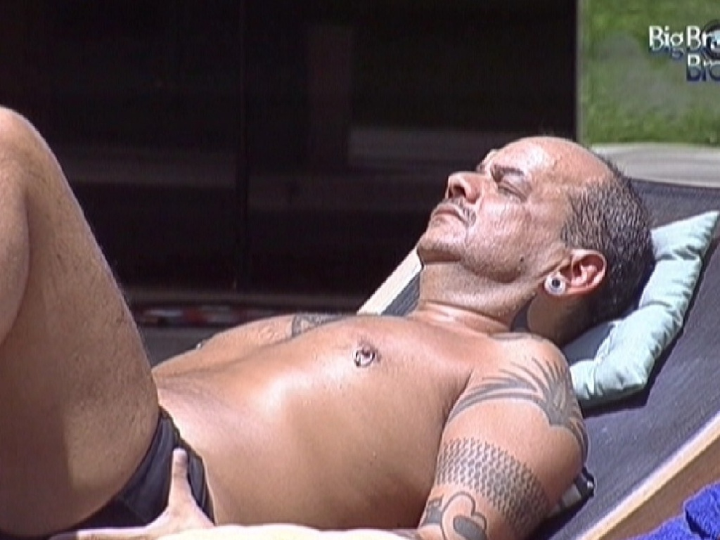 Joo Carvalho se bronzeia enquanto outros brothers dormem (29/2/12)