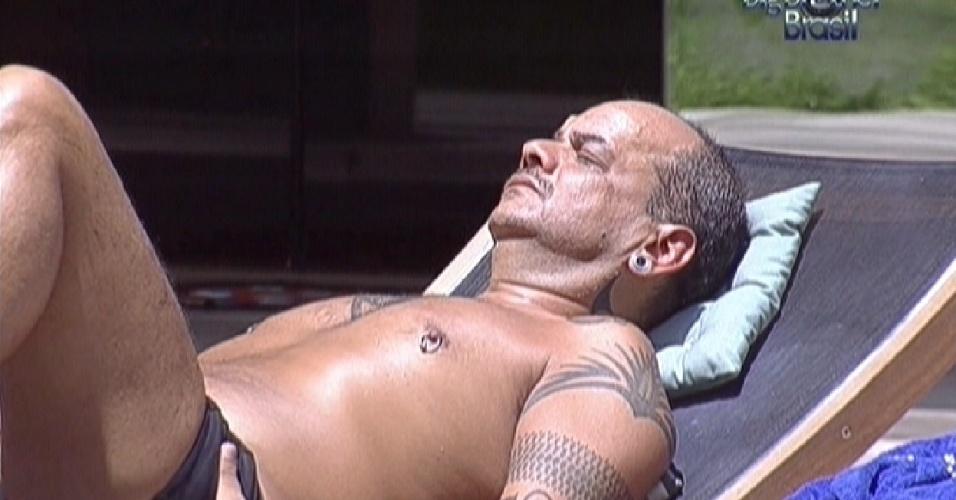 João Carvalho se bronzeia enquanto outros brothers dormem (29/2/12)